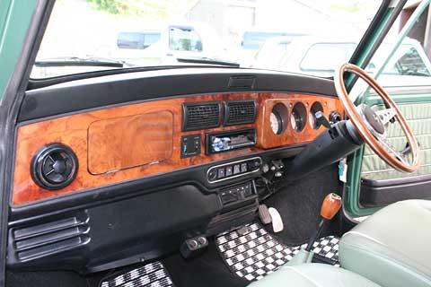 オリジナルのセンターメーターではないがこれはこれで良い感じ、シンプルでこれぞ車という感じだ、しかしシンプルすぎるという事も無い、画像はH.K FIRSTさんより拝借