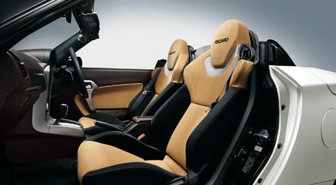 コペン「Robe S」のシート画像、先代からコペンはRECAROが好きだ、このサイズの車にシートを入れようとすると市販のものでは結構苦労するだろうからこうした設定はありがたいかも、画像はメーカーサイトより拝借