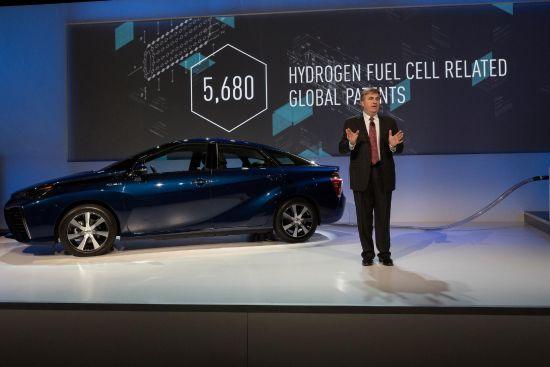 2015CECで発表されたトヨタのFCV関連特許の実施権の開放のプレゼン風景、個人的には素晴らしいことだと思う、FCVに関してはマーケットを早期に確立しないとその将来も無いので有効な手段だと思う、画像はメーカーサイトより拝借