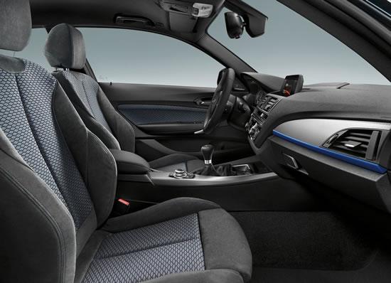 BMW新型1シリーズのフロントシート画像、シートが結構気持ち良さそうな印象、端はアルカンターラのような素材で中心部はファブリックのように見える、画像はネット上から拝借