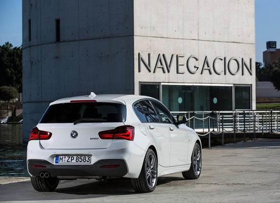 BMW新型1シリーズのリア画像、リアはテールライトが横長になり一見VWのゴルフのようだ、バンパー下部は黒い樹脂でアクセントが付いているがうるさい感じがするので同色のほうが良いだろう、画像はネット上から拝借