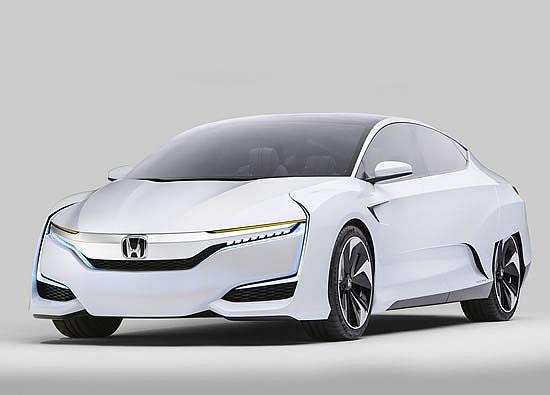 ホンダFCVのフロント画像、トヨタのミライよりは流麗な外観をしていてこちらの方が近未来的だ、サイズの発表は無いが画像からはかなり大柄の車のように見える、画像はネット上から拝借