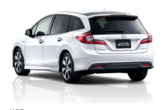 ホンダの新型ジェイドのリア画像、なんだか三菱の車のようだ、低いせいか非常に大きな車に見える、画像はネット上から拝借