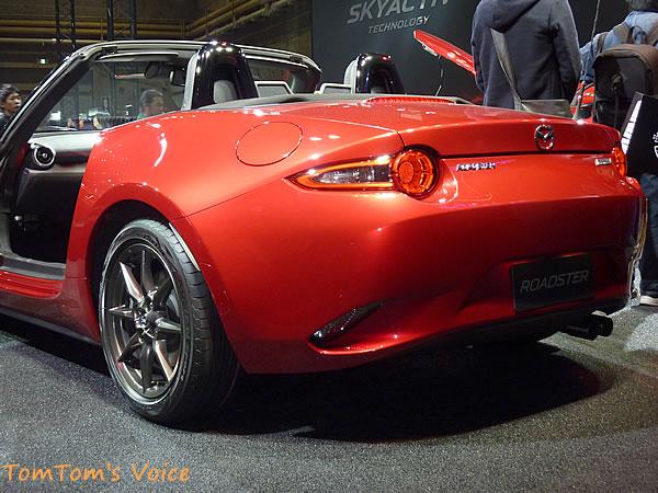 マツダ新型NDロードスターのリア画像、デザインはなんだかベルトーネとかイタリアモノを連想させる印象、バンパー下部の部分も凝った作りのデザインとなっている、この車は下回りのデザインが凝っている
