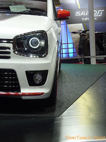 スズキ新型アルトターボRSのフロントタイヤはほとんどキャンバーは付いていない模様、うまくタイヤをフェンダー内に収めている