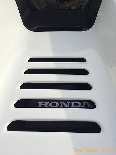 S660のエンジンフードのスリットからホンダの文字が見える