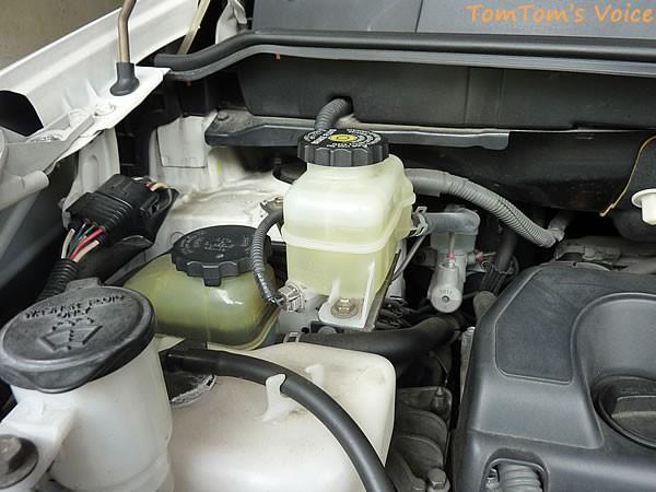 エア抜き作業その4、エンジンルーム内のブレーキフルードタンクに適時補給する