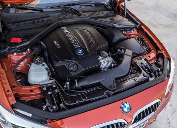 BMW新型M135iエンジンルーム画像
