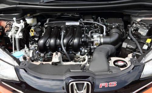 新型フィットRSのエンジン画像