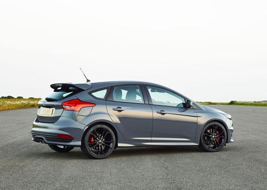 フォード「フォーカスST」(2015)グレー車両リア画像
