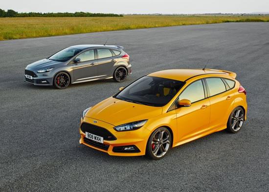 フォード「フォーカスST」(2015)黄色とグレー車両の画像