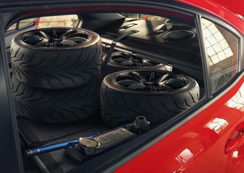 スバル新型「WRX」のトランクスルー画像