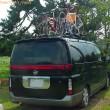 E51エルグランドのルーフにに自転車を4台積んだ図