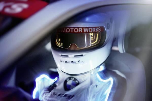 「BMW 3.0 CSL Hommage R」のバイザーディスプレー