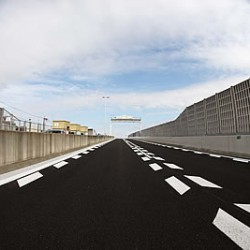 疲れない高速道路の安全な走り方、ポイントは後方と死角の確認