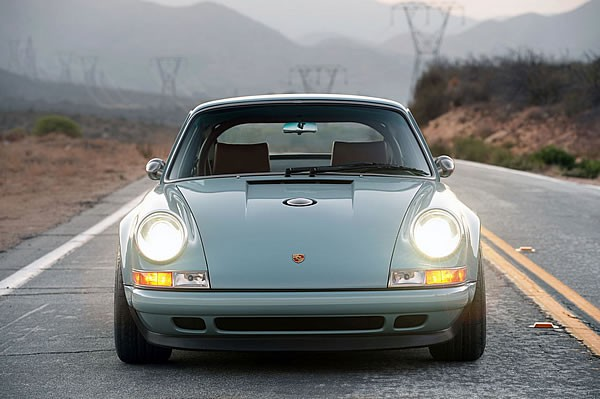 SINGER VEHICLE DESIGNの911フロント画像