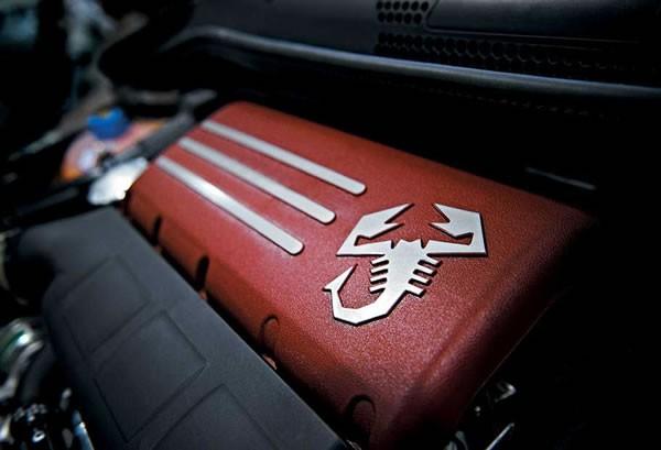 595 コンペティツィオーネのエンジン画像