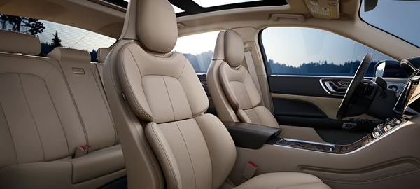 新型「Lincoln Continental」の前席シート画像