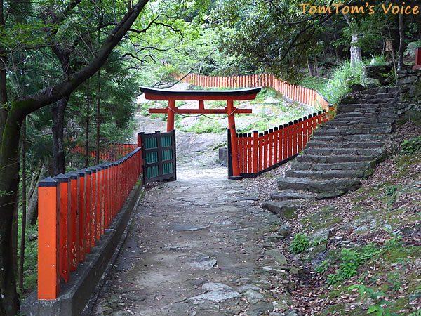 神倉神社のゴトビキ岩の入り口にある鳥居 ここからが申請は場所なのだ