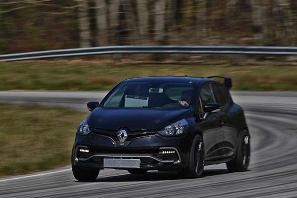 Clio RS16 Conceptの走行中クリップ付近画像
