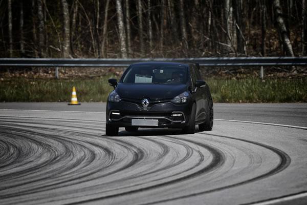 Clio RS16 Conceptの走行中コーナーアプローチ画像