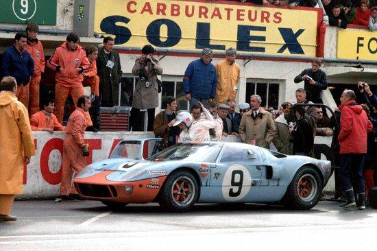 1968年のルマンのピットの様子とフォードGT40