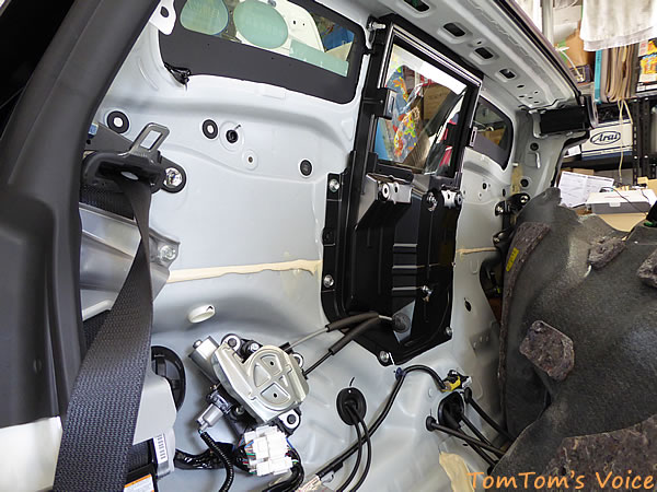 S660のエンジンと室内との境目は遮熱防音がなされていない