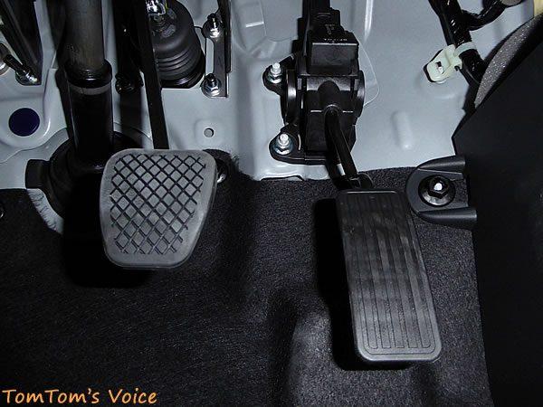 S660のアクセルペダルは3本でボルト留め