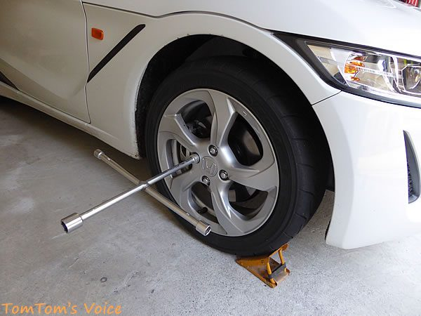 S660のタイヤに車止めをかましてから作業する