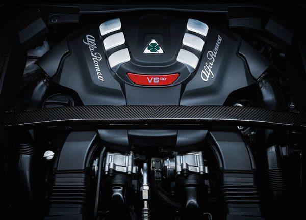 「Alfa Romeo Stelvio Quadrifoglio」のエンジン画像
