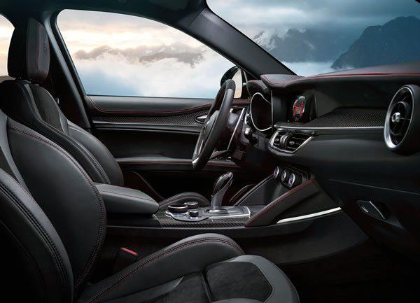 「Alfa Romeo Stelvio Quadrifoglio」のシート画像