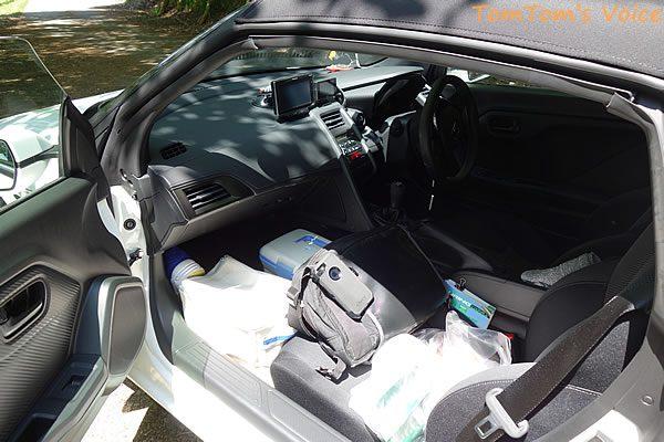 S660でアウトドアはできるのか?、S660の助手席足元から荷物を引っ張り出す