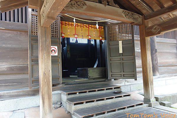 S660で行く桃太郎伝説を訪ねる弾丸ツアー、鳴釜神事の執り行われるお釜殿の入り口