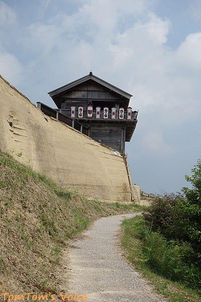 S660で行く桃太郎伝説を訪ねる弾丸ツアー、鬼ノ城の登山口からしばらく行くと忠実に再現された西門が見えてくる