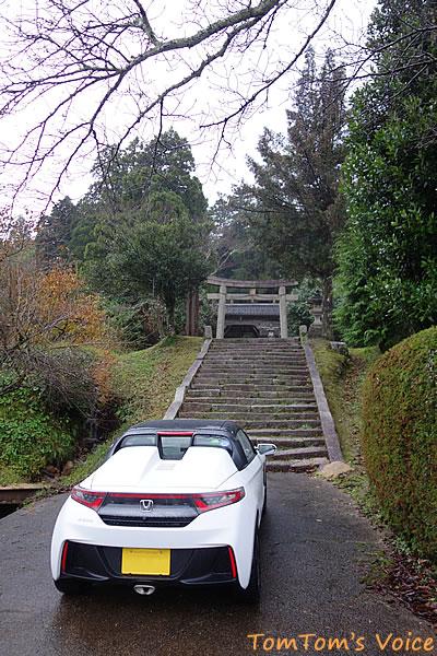 丹後半島の弥栄町の溝谷神社の入り口