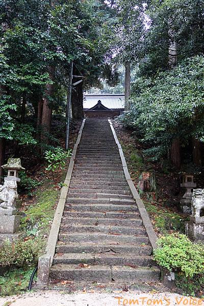 丹後半島の弥栄町の溝谷神社の本殿への階段