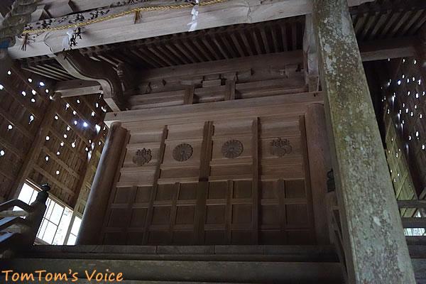 丹後半島の弥栄町の溝谷神社の本殿雪よけのカバーの中はこんな感じ