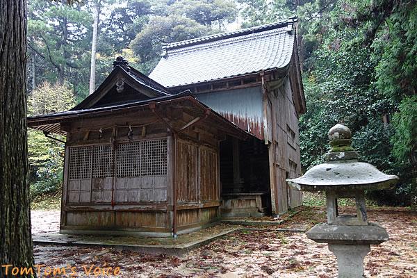 丹後半島の弥栄町の溝谷神社の本殿雪よけのカバー付き