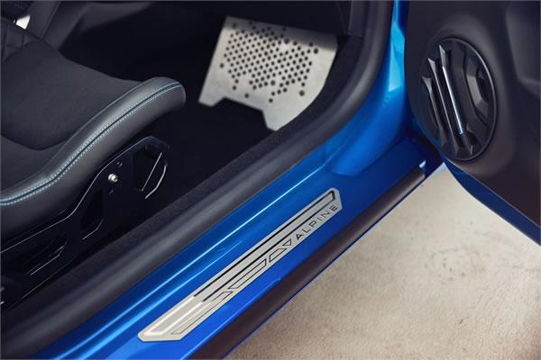 「Alpine A110 Première Edition」のサイドシルと助手席フットレスト