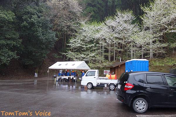 樽見の大桜の駐車場では地元の皆さんがお店を出している