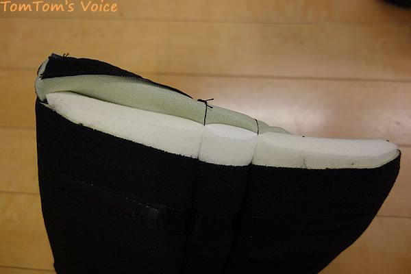 クッションを開けてみたところ、スポンジもろとも縫ってある