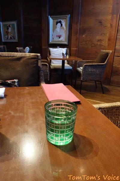 岐阜市川原町にある町家カフェの内部、少々オーバーデコレーティブだが落ち着ける空間