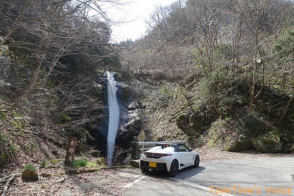 蘇武岳への林道の途中にある女郎滝、雪解けで水量が多い