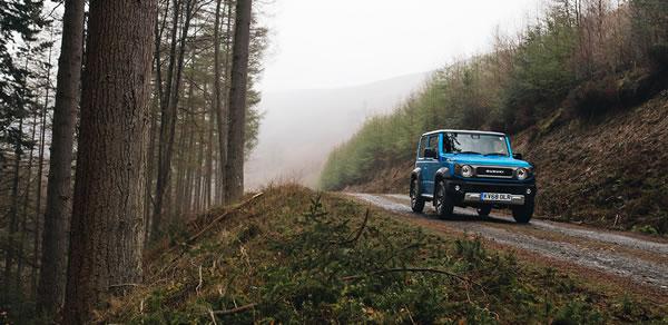 UKの新型ジムニー、青、森の中、前