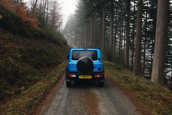 UKの新型ジムニー、青、森の中、後