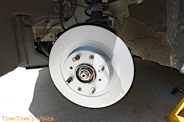 新しいローターの装着は簡単、平ネジを取り外した順序と逆にショックドライバーで固定する