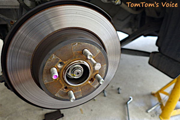 ローターが固着して外れない時はローターに開いたネジ穴を利用してネジを入れる