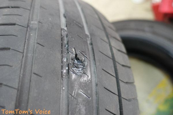 S660でバースト自走不能、タイヤのバースト痕を見る、何かが突き刺さったようだ